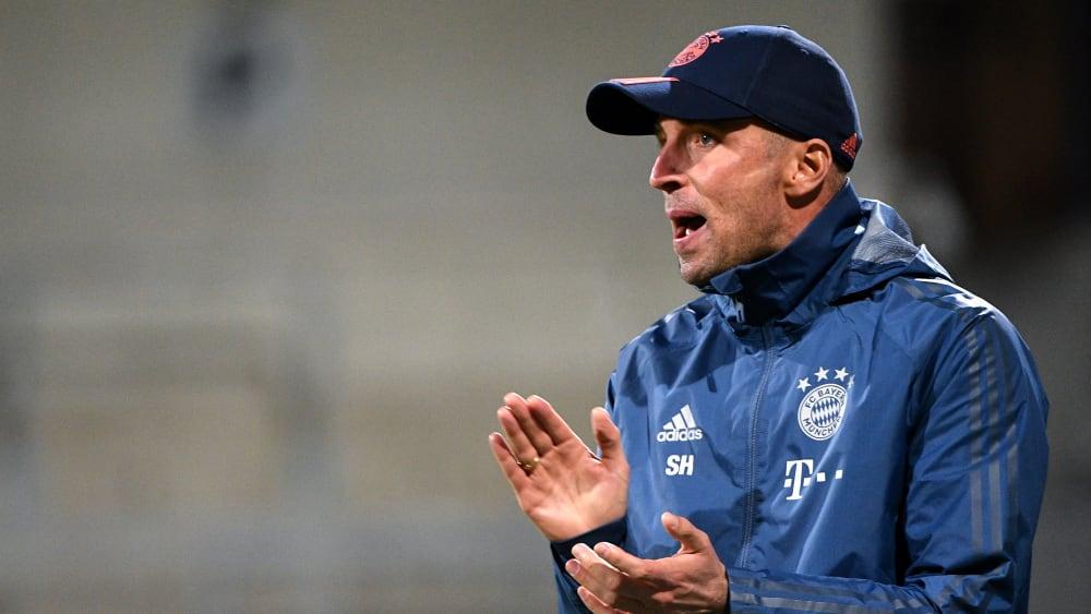 FCB II Trainer Sebastian Hoeneß feuert sein Team an der Seitenlinie an.