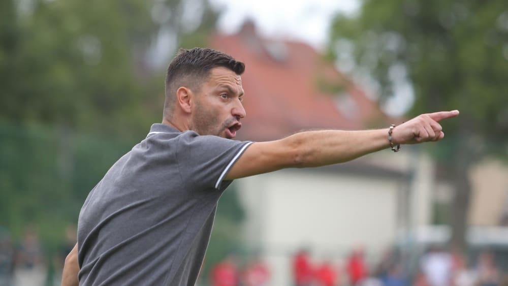 Miroslav Jagatic coacht bei einem Ligaspiel