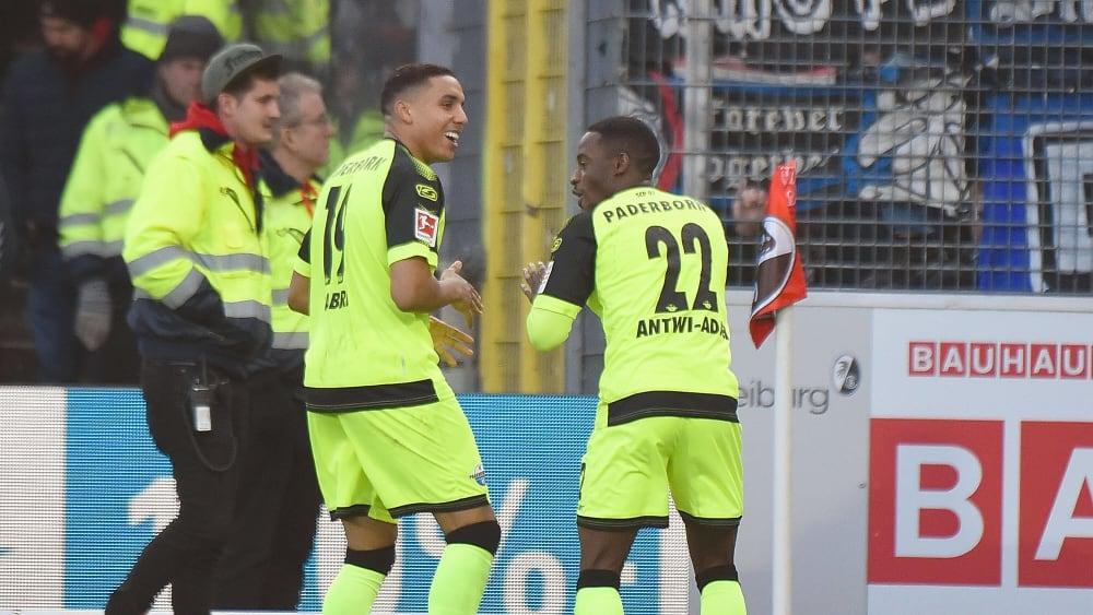 Die Paderborner Abdelhamid Sabiri (links) und Christopher Antwi-Adjei feiern das 1:0 gegen den SC Freiburg