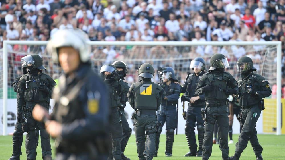 In den Stadien immer wieder gefordert: Die Einsatzkräfte der Polizei.