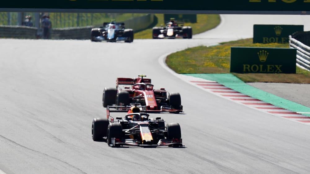 Max Verstappen (li.) ist an Charles Leclerc vorbeigezogen.