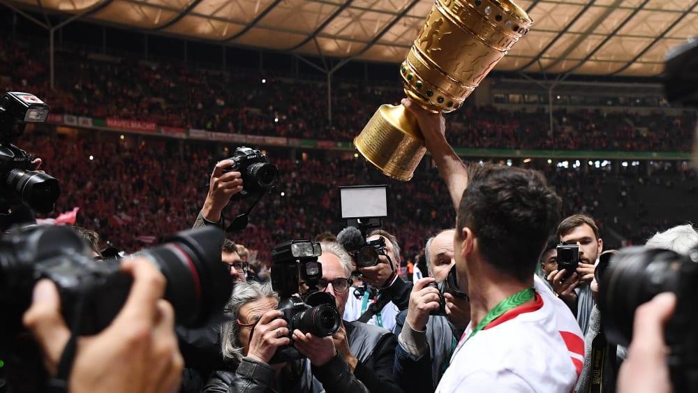 Robert Lewandowski mit dem DFB-Pokal
