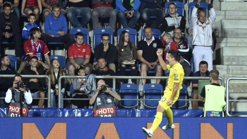 Jubelsprung: Yehven Konoplyanka traf für die Ukraine zweimal gegen Serbien.