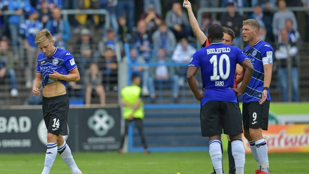 Rot für Mittelfeldmann Edmundsson (li.): Trotzdem verlor Arminia Bielefeld gegen Norwich City nicht.