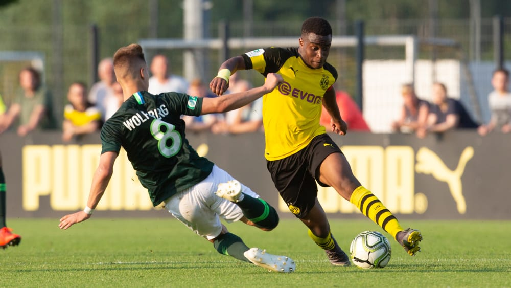 Youssoufa Moukoko (r.) gegen Nikolas Hofmann