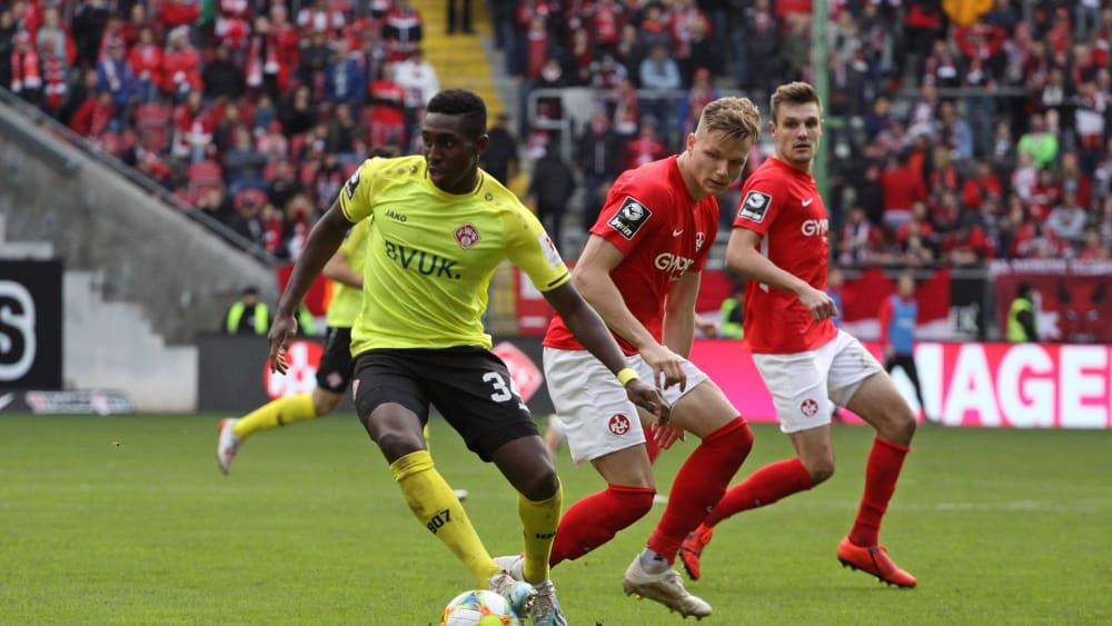 Frank Ronstadt (in Gelb) mit dem Ball am Fuß gegen Philipp Teuchert.