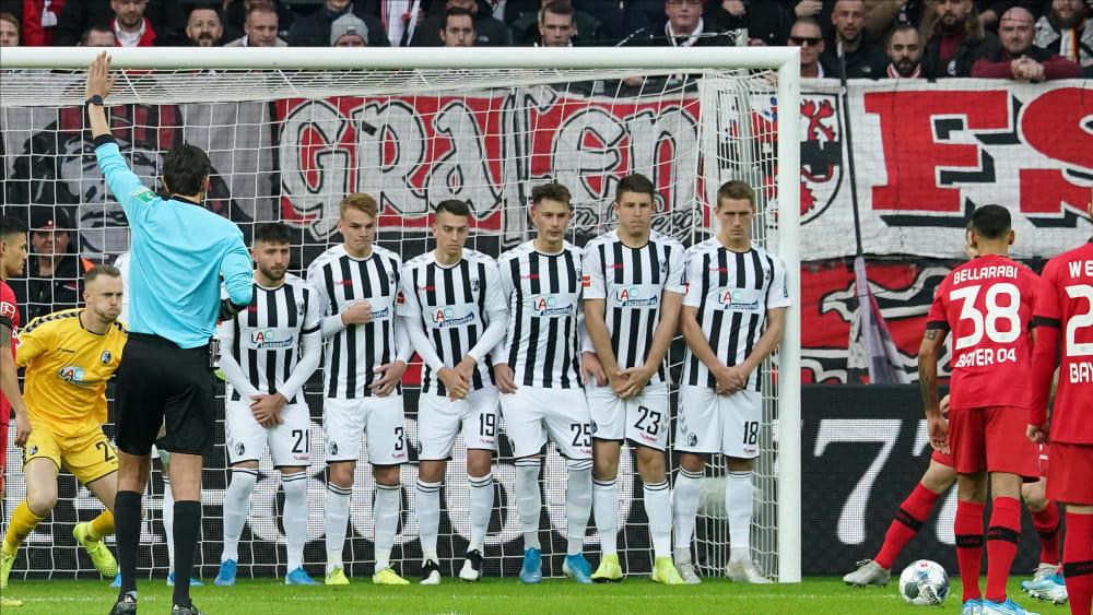 Die Freiburger Mauer postiert sich beim indirekten Freistoß der Leverkusener in der Anfangsphase.