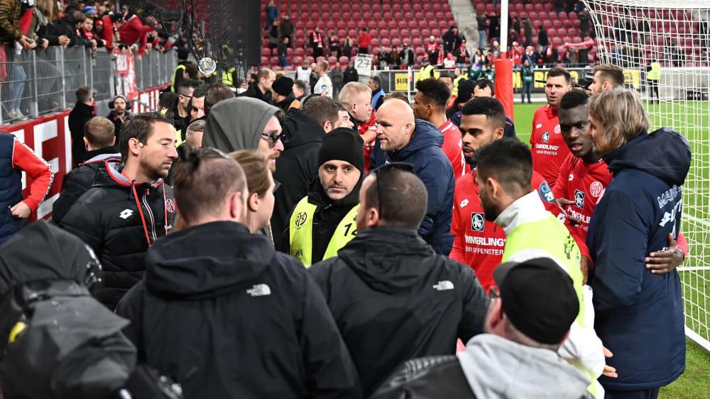 Redebedarf: Rouven Schröder und die Mainzer Spieler mussten sich nach Abpfiff dem Unmut der Fans stellen.
