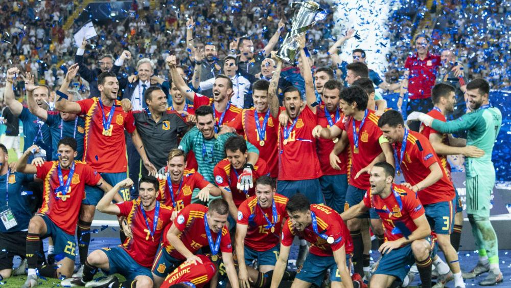 Kniefall: Während Spanien jubelt, schauen die deutschen Spieler bedröppelt drein.