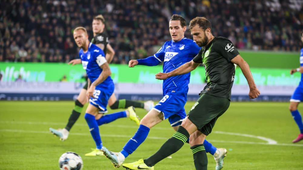 Wolfsburgs Admir Mehmedi trifft zum 1:1 - Sebastian Rudy, Hoffenheims Torschütze, kommt zu spät.