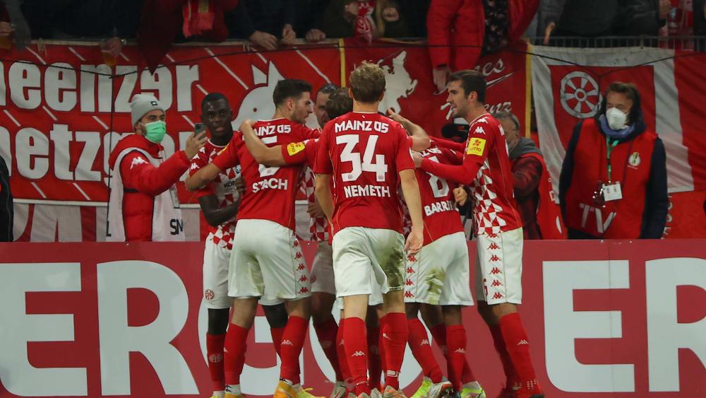 Ingvartsen's dream goal brings Mainz 05 into round of 16