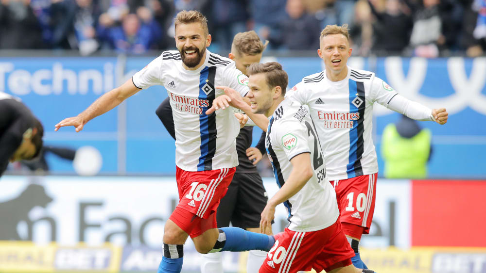 Karlsruhes Jerome Gondorf gegen Hamburgs Jeremy Dudziak.