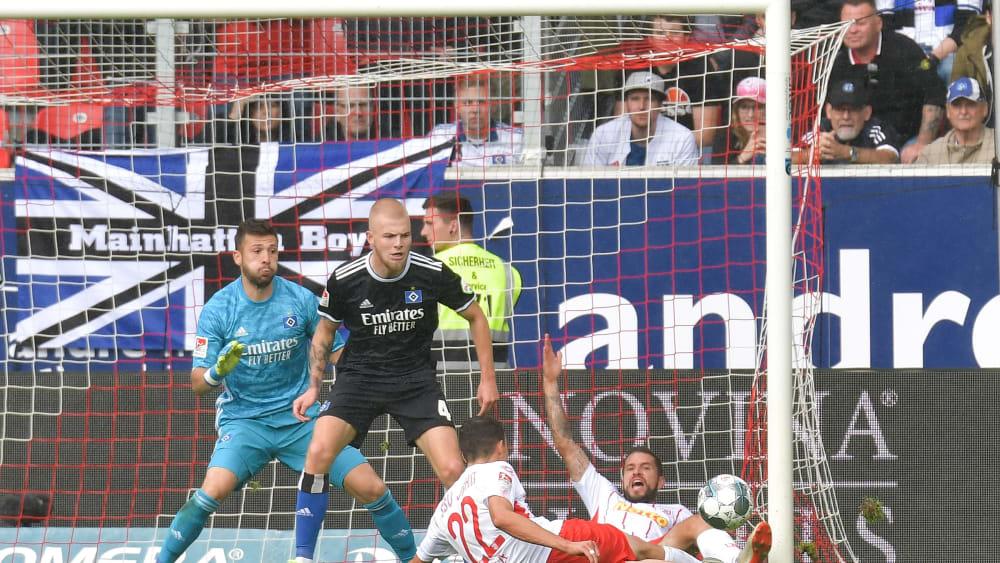 Kuriose Szene: Sebastian Stolze (vorne) trifft zum 1:0. Marco Grüttner (hinten im Abseits) berührt den Ball erst hinter der Linie.