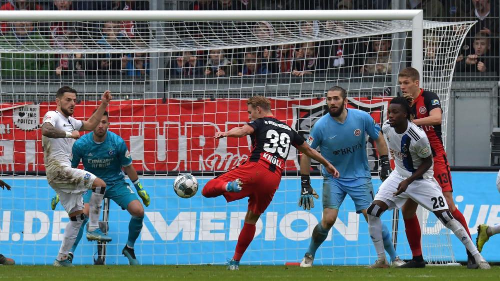 Wiesbadens Törles Knöll erzielt das 1:1 gegen Hamburg.