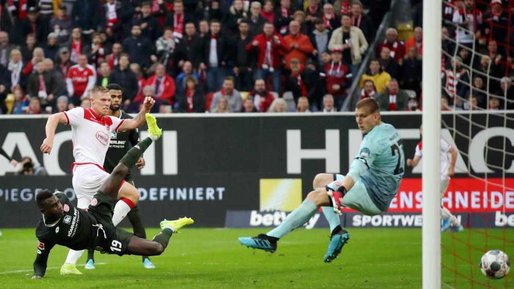 Rouwen Hennings (l.) trifft zum 1:0