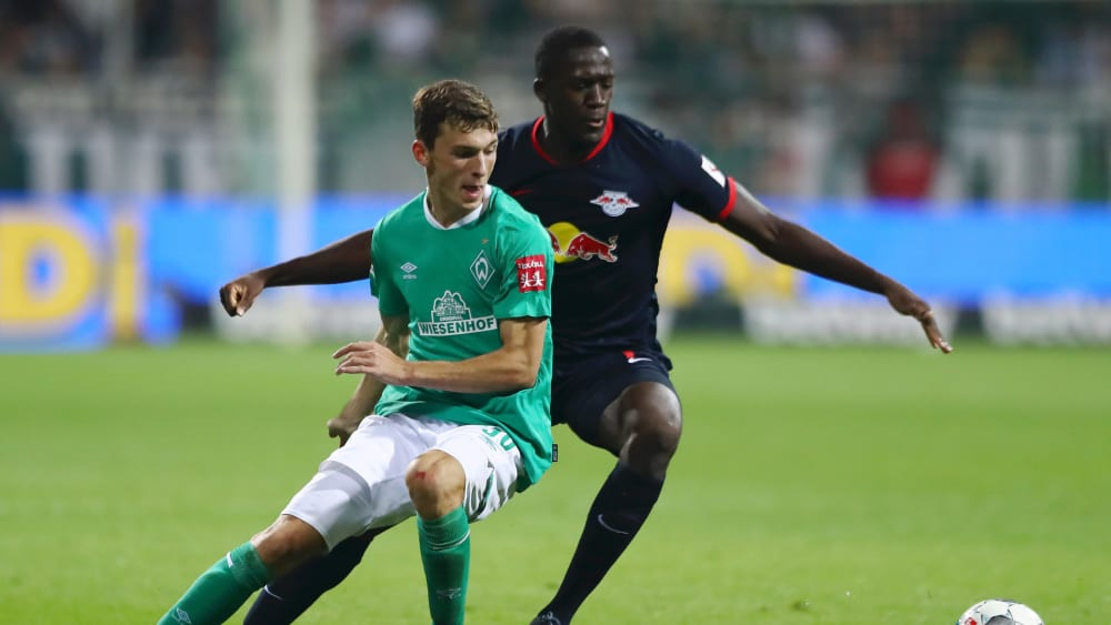Startelfpremiere: Bremens Benjamin Goller, hier vor Leipzigs Ibrahima Konaté.