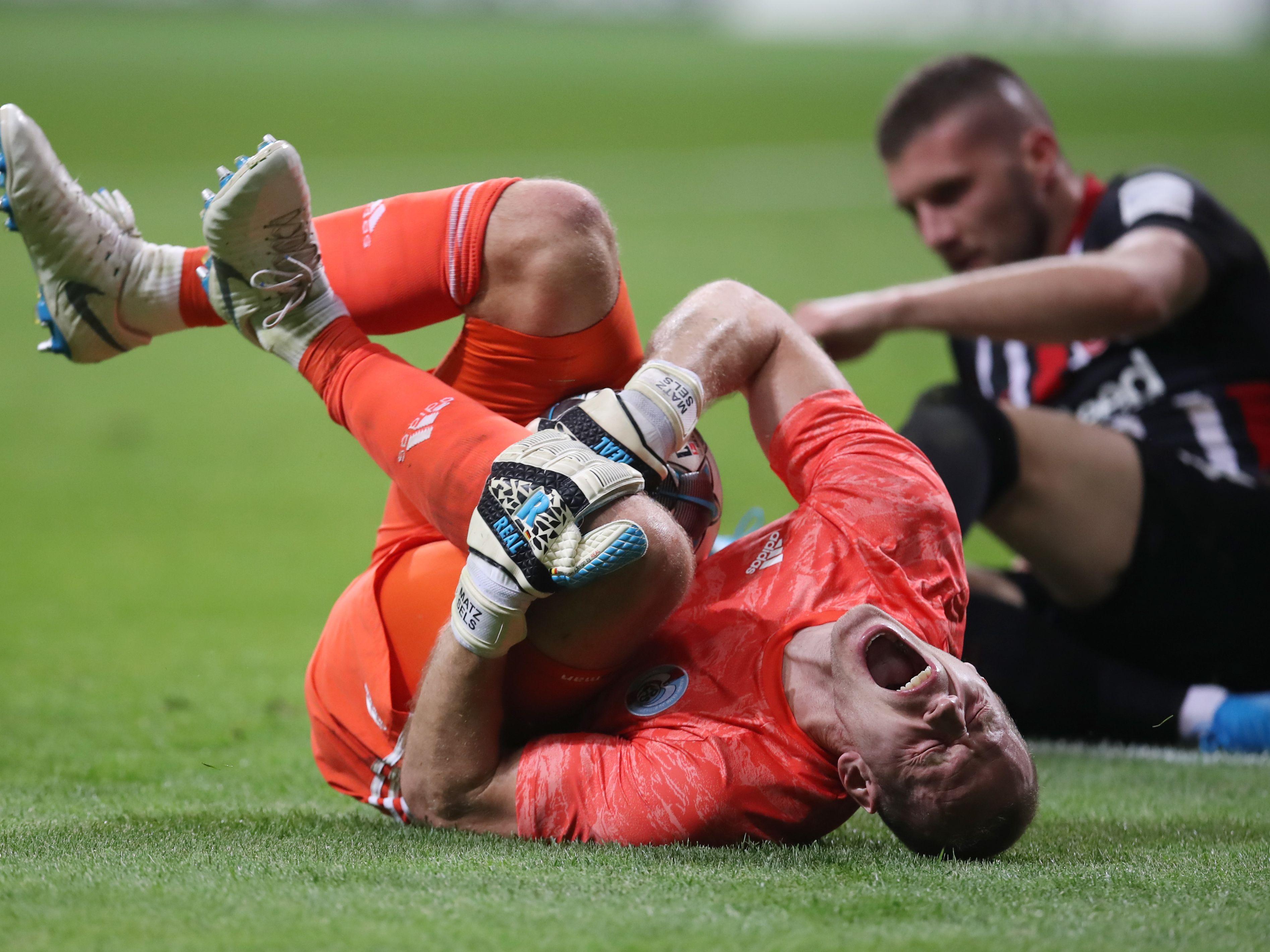 Umstrittene Szene: Ante Rebic kam zwar zu spät gegen Matz Sels, der machte aber zu viel daraus. Zu viel war auch Rot für den Kroaten.