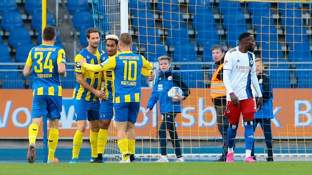 Drittligist Eintracht Braunschweig schenkte Zweitliga-Primus HSV zwei Tore ein.