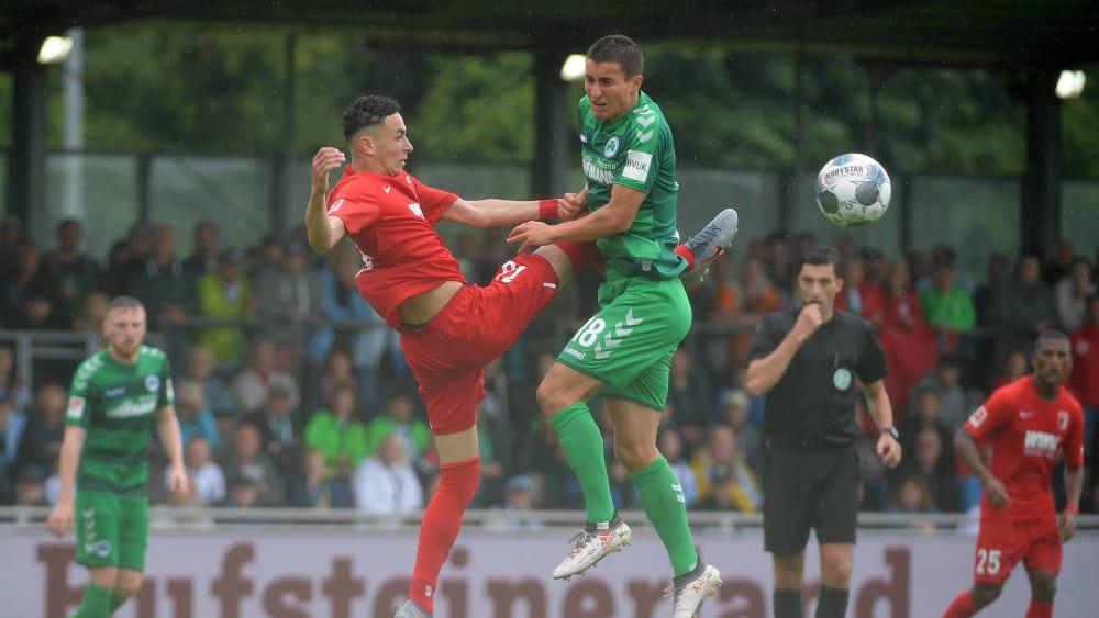 Zweikampfbetont: Augsburgs Ruben Vargas (links) und Fürths Marco Meyerhöfer im Luftduell um den Ball.