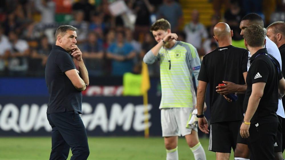 Nachdenklich: Während U-21-Coach Stefan Kuntz grübelt, kommen Torhüter Alexander Nübel im Hintergrund die Tränen.