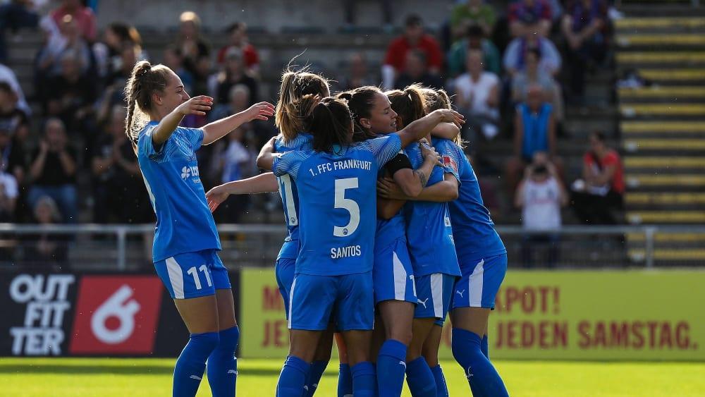 Frankfurter Freude: FFC-Spielerinnnen bejubeln das zwischenzeitliche 1:0 durch Feiersinger.