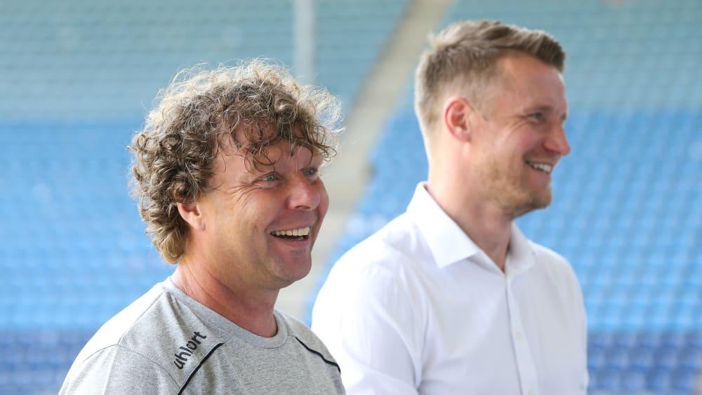 1.FC Magdeburg-Coach Stefan Krämer lacht gemeinsam mit dem Leiter der Lizenzspielerabteilung Maik Franz.
