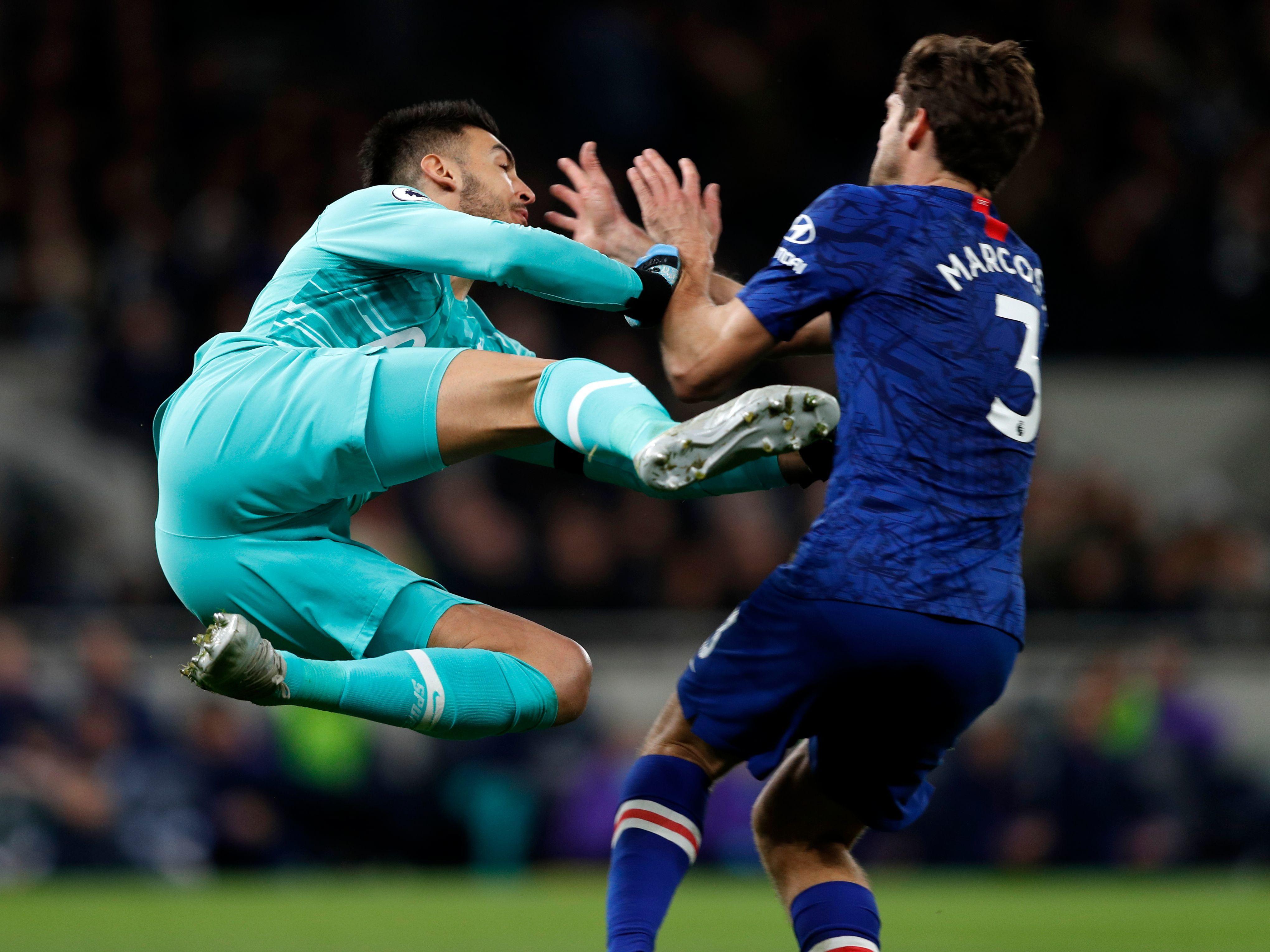 Mindestens ungelenk: Tottenham-Keeper Paulo Gazzaniga räumt in Sechzehner Marcos Alonso ab.