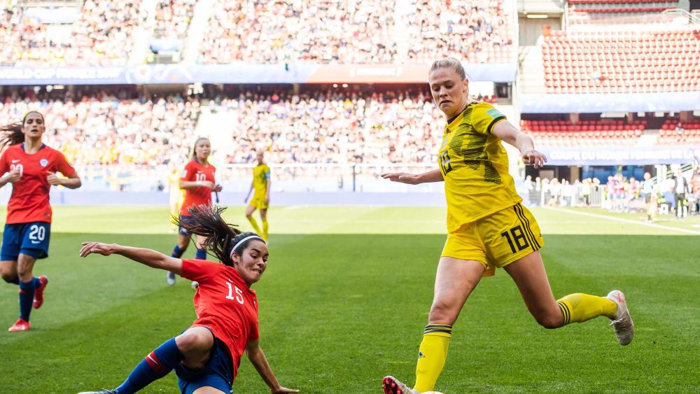Warfen sich in jeden Ball: Su Helen Galaz von Chile, hier gegen Schwedens Fridolina Rolfö.