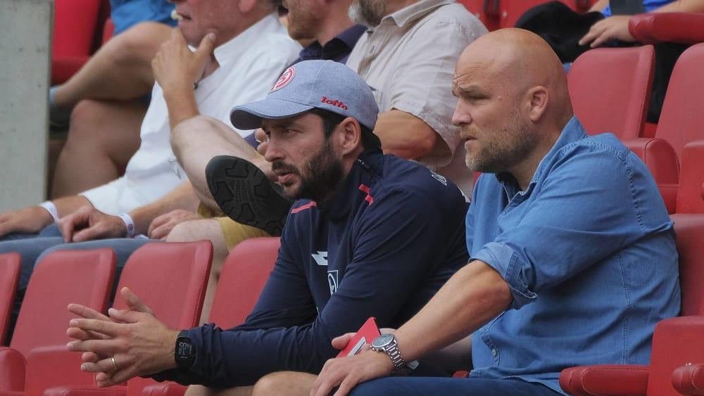 Trainer Sandro Schwarz und Sportvorstand Rouven Schröder (re.)