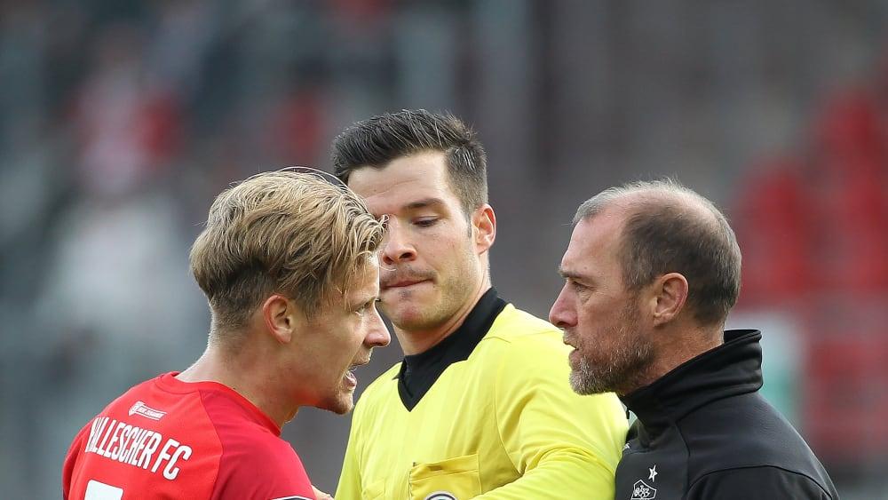 Hatten nach dem Spiel noch etwas Redebedarf: FSV Zwickau Trainer Joe Enochs (rechts) und Halle-Torschütze Bentley Baxter Bahn. (In der Mitte Schiedsrichter Harm Osmers)