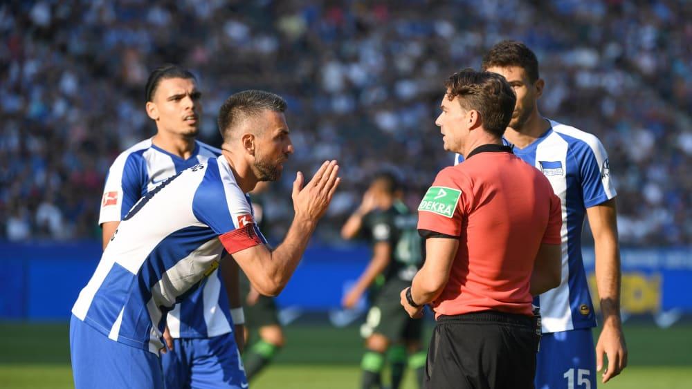 Kann es kaum glauben: Herthas Kapitän Vedad Ibisevic beschwert sich beim Unparteiischen Guido Winkmann über den Elfmeterpfiff zum 1:0.