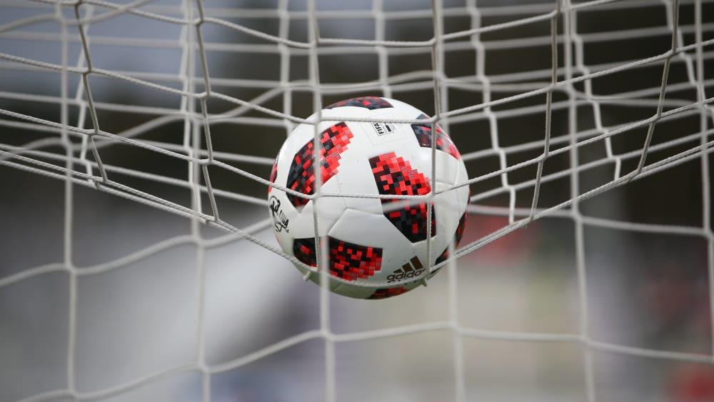 Der Ball der 3. Liga auf dem Tordach