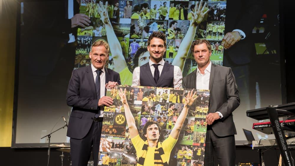 Mats Hummels 2016 mit Hans-Joachim Watzke und Michael Zorc