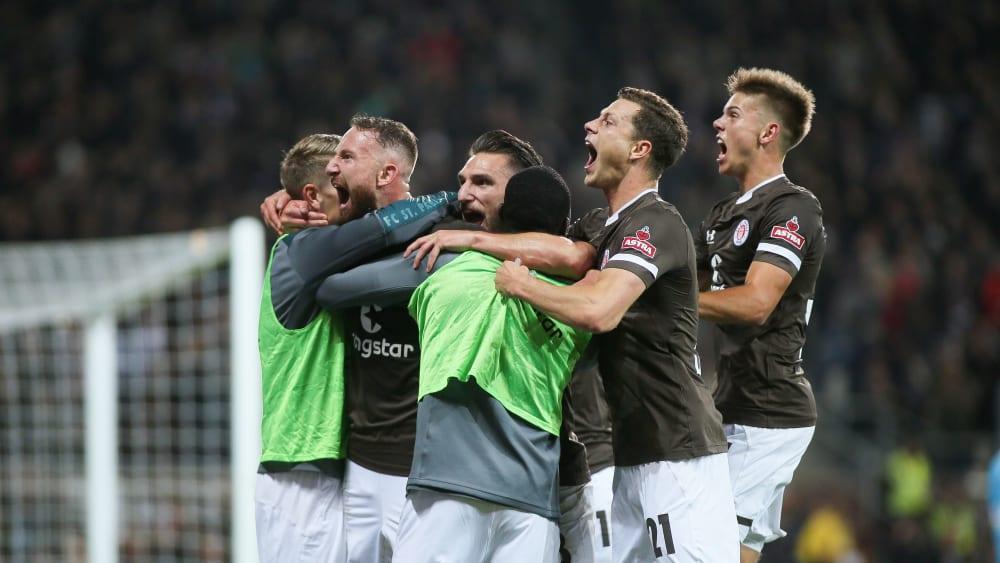 St. Pauli jubelt: Der Kiezklub hat das Hamburger Stadtderby am Montagabend für sich entschieden.