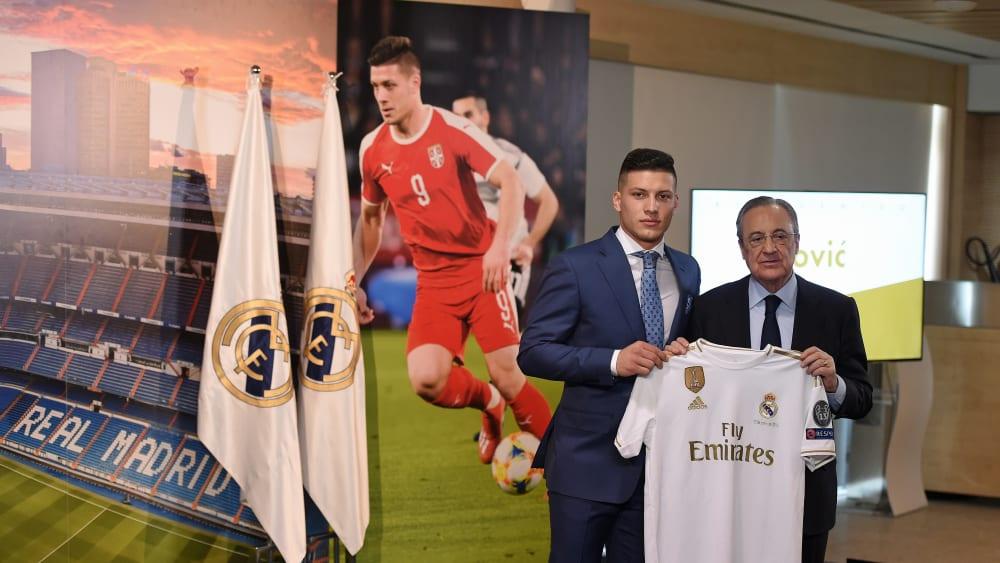 Ernste Miene: Luka Jovic (links) wurde am Mittwoch offiziell von Präsident Florentino Perez und Real Madrid begrüßt.