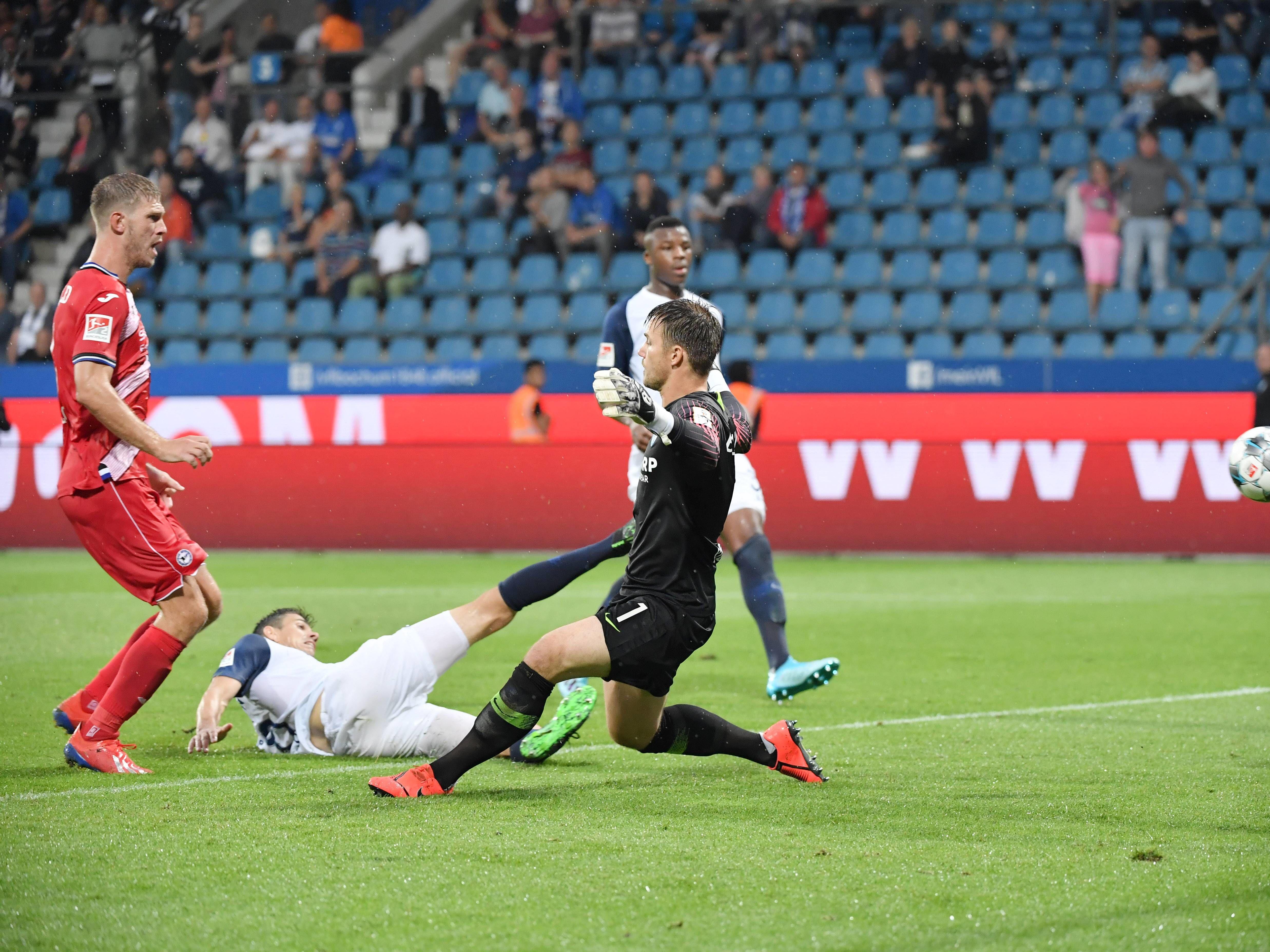 Hohes Tempo: Jonathan Clauss (links) zieht mit viel Speed an Bochums Danny Blum vorbei.