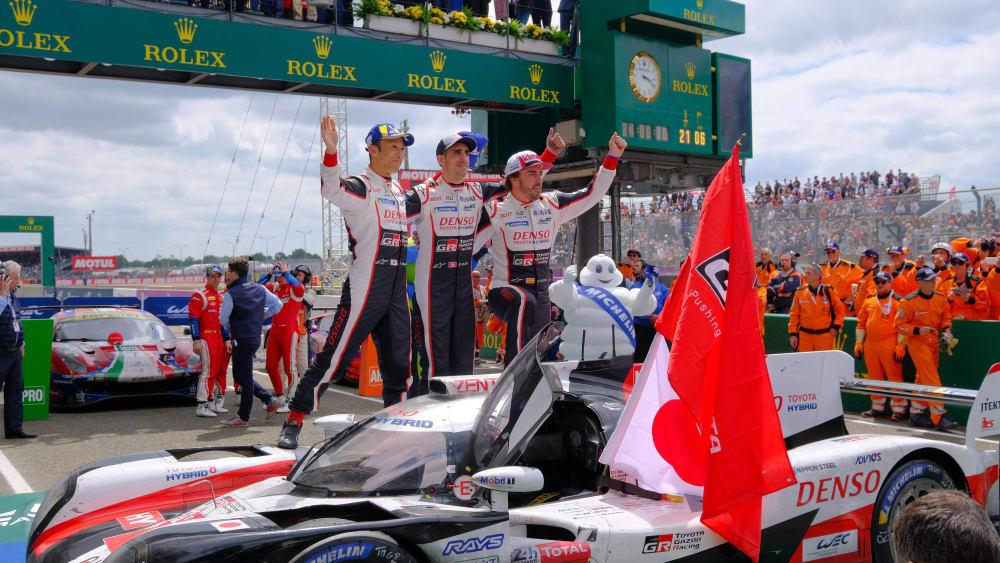 Fernando Alonso jbelt mit seinen Teamkollegen Sebastién Buemi und Kazuki Nakajima.