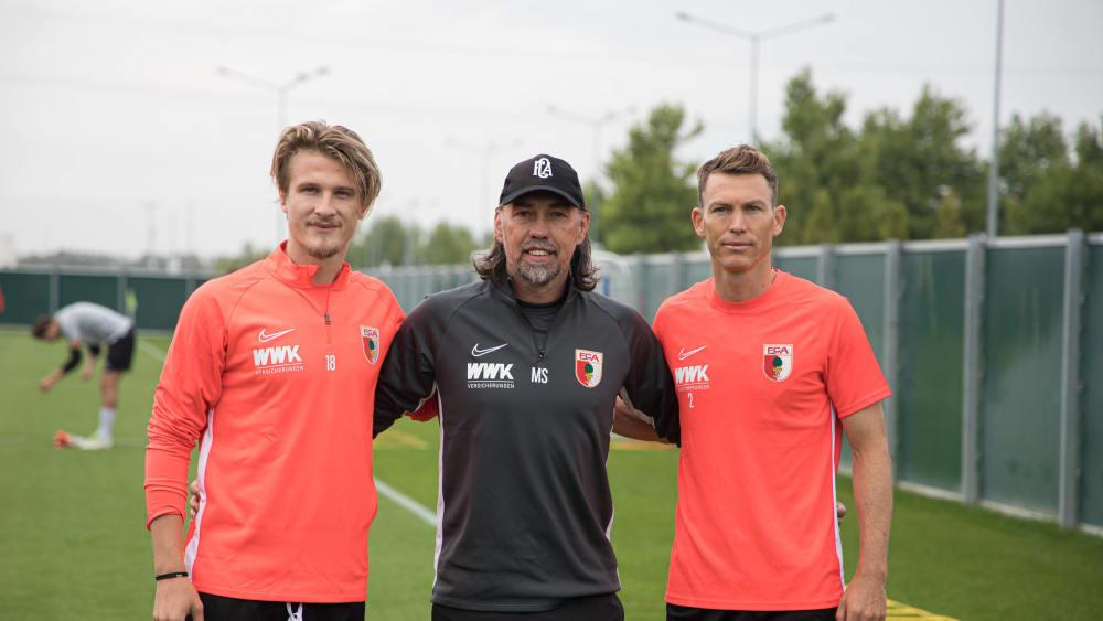 Verstärkungen für die Startelf: Augsburgs Trainer Martin Schmidt mit Tin Jedvaj (li) und Stephan Lichtsteiner.