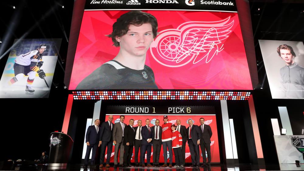 Schon mit dem sechsten Pick ausgewählt: Moritz Seider trägt künftig das Trikot der Detroit Red Wings.
