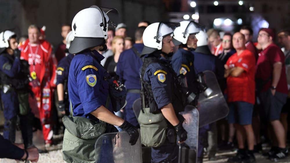 Griechische Polizisten bewachen Bayern-Fans