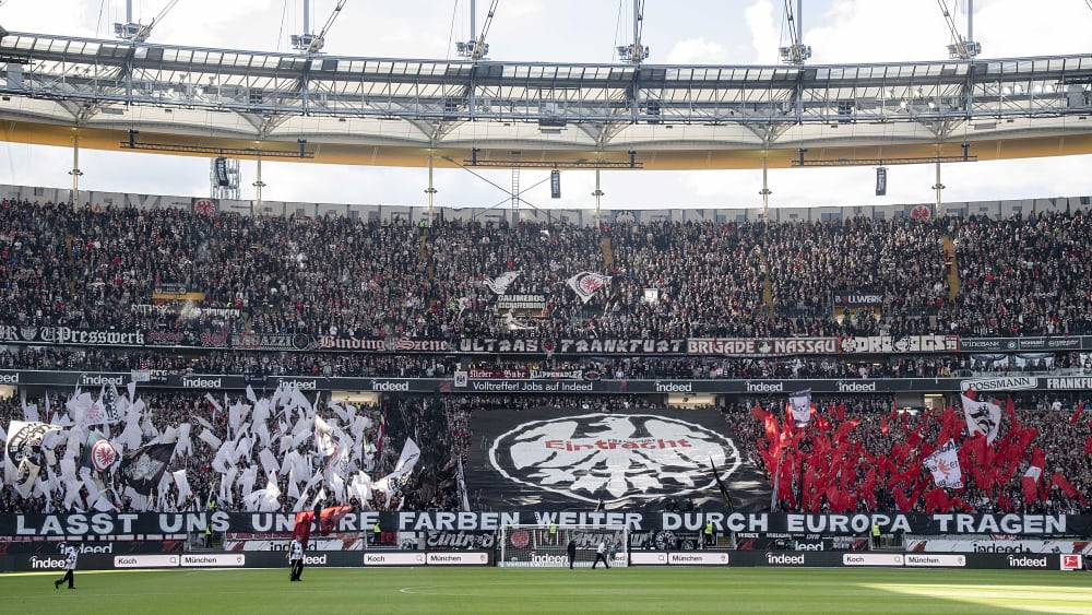 Zündeten wenig später Pyrotechnik: Die Frankfurter Fans vor dem Derby gegen Mainz.