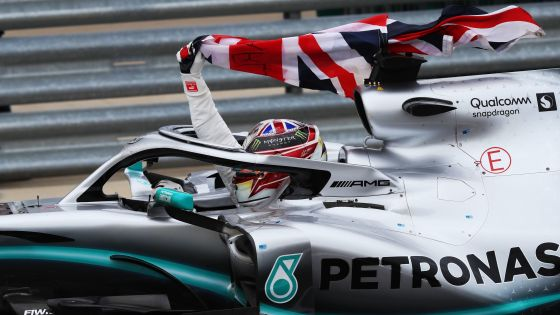 Triumphator: Lewis Hamilton fährt seine Ehrenrunde mit dem Union Jack.