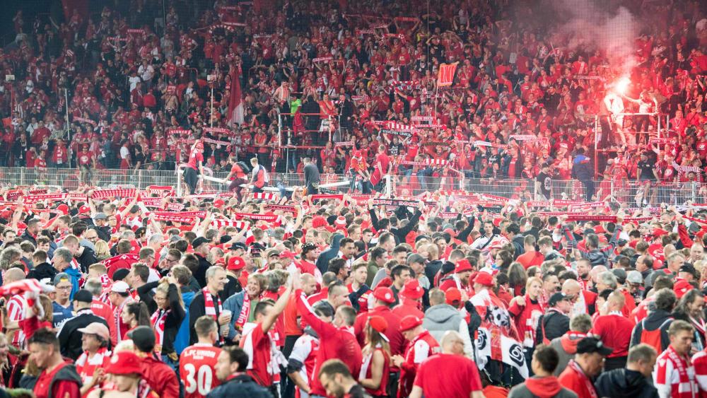 Feiernde Union-Fans nach dem Aufstieg. Für eingesetzte Pyrotechnik muss der Verein nun eine Strafe zahlen.