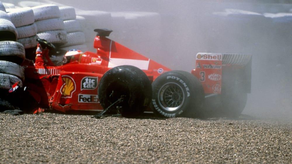 Heftiger Einschlag in die Reifenstapel: Vor exakt 20 Jahren erlitt Michael Schumacher in Silverstone einen Beinbruch.