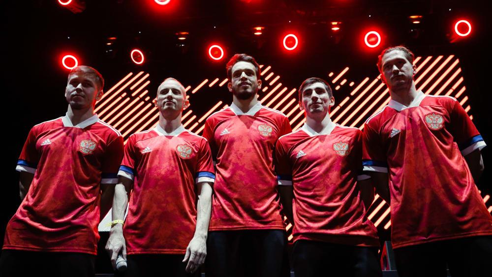 Die russischen Nationalspieler bei der Präsentation des neuen Trikots.