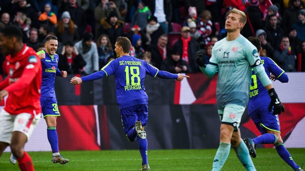 Nils Petersen bejubelt das Tor zum 2:0