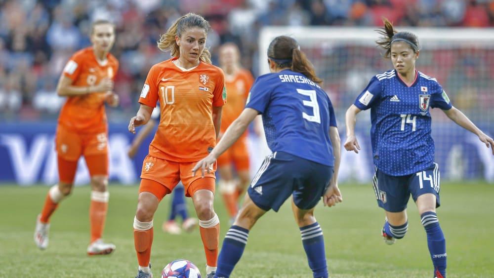 Was kommt jetzt? Danielle van de Donk (Nummer 10) beobachtet jede Bewegung von Aya Sameshima (Nummer 3).