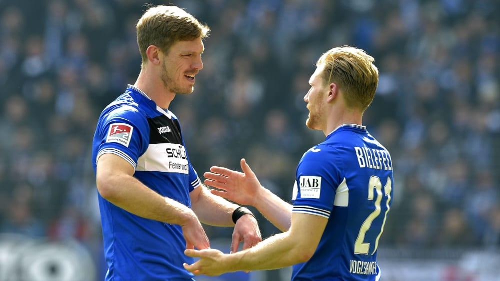 Fabian Klos (links) und Andreas Voglsammer klatschen sich freudig ab.