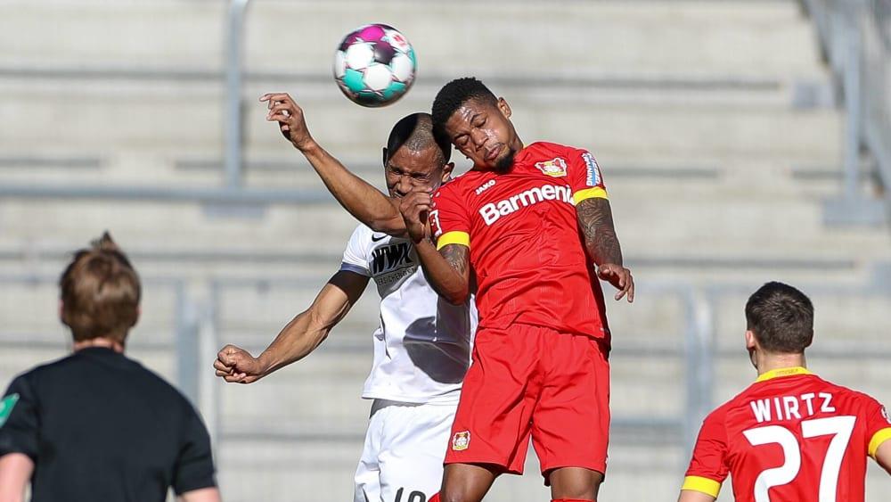 In letzter Sekunde: Tapsoba hält Leverkusens FCA-Serie am Leben - Augsburg fehlen Sekunden - Bayer-Keeper Lomb patzt schwer