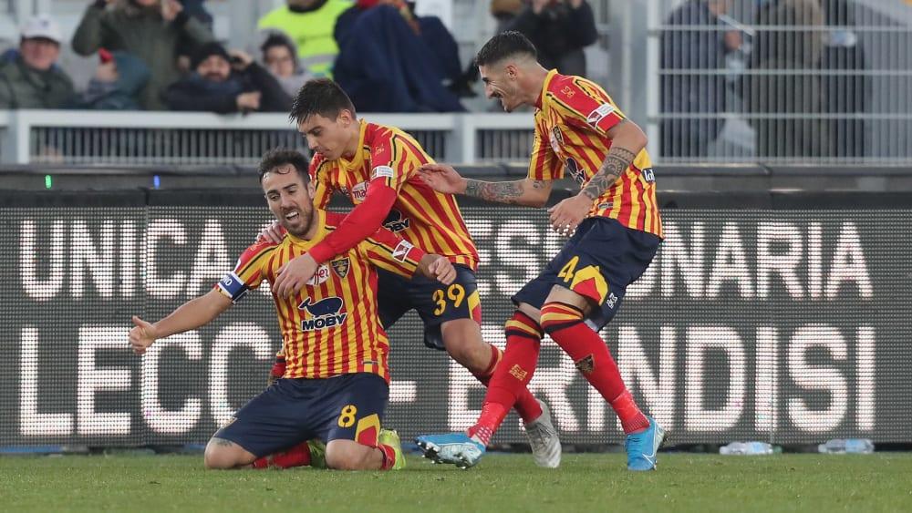 Lecces Marco Mancosu feiert seinen Ausgleich gegen Inter mit seinen Kollegen